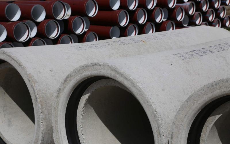 Betonrohre und PVC Rohre